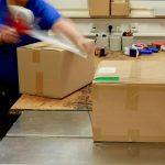 Ware wird zum Versand verpackt